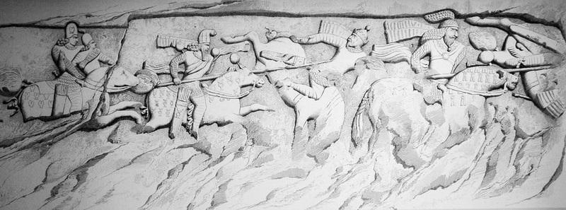 Персидский рельеф из Фирусабада с изображением победы Ардашира I и его сына Шапура над Артабаном V и его визирем. pinterest.com - Парфянская война Северов | Warspot.ru