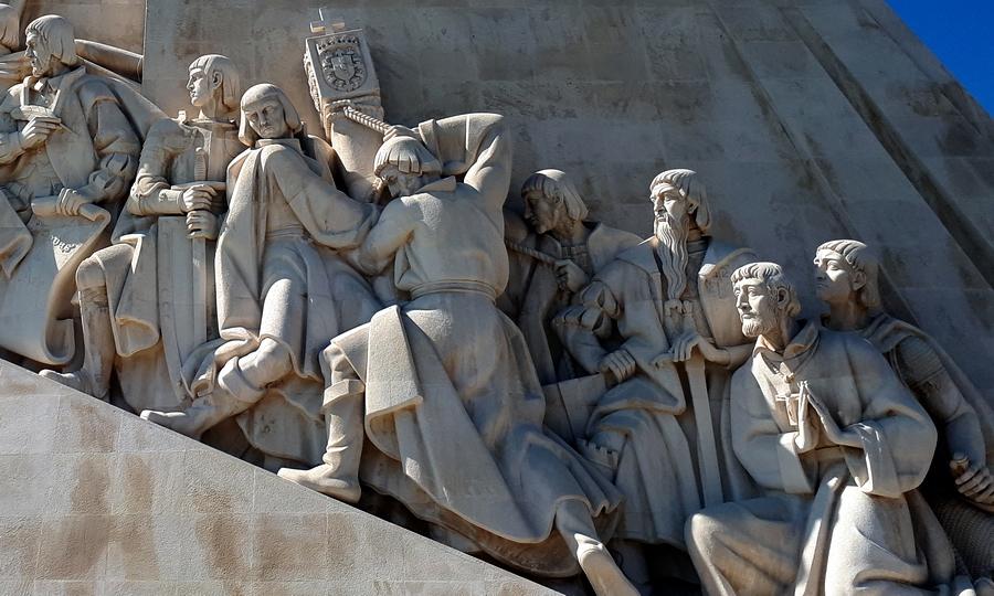 Эштеван да Гама (второй слева, сжимает обеими руками меч) и Криштован да Гама (крайний справа, с левой рукой на эфесе меча) в скульптурной композиции Памятника Первооткрывателям в Лиссабоне. Несмотря на очевидную условность сходства, портреты не так уж далеки от истины — братья были в 1541 году довольно молодыми людьми. Эштевану было 36 лет, а Криштовану 25 - «Оставляя за собой лишь пепел…»   Warspot.ru