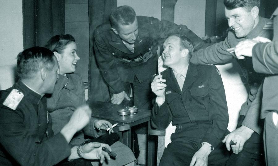 Обыкновенная обстановка в американском офицерском клубе на территории авиабазы под Полтавой. Впрочем, советский офицер с сигарой — зрелище не самое обычное