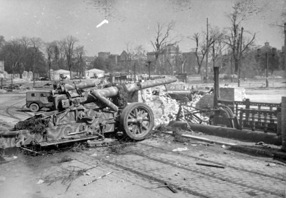 The 21 cm Mörser 18, like the 17 cm Kanone 18, was often used for direct fire.  In this case, the turntable is clearly visible - the same was supposed to be used on the self-propelled guns, where this gun was placed - Cricket overgrowth |  Warspot.ru