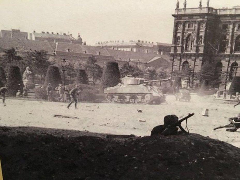 Советские части ведут бой в Вене ww2talk.com - Венская одиссея генерала Волкова | Warspot.ru