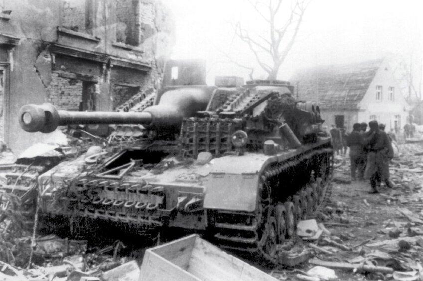 Подбитая немецкая самоходка. Вена, апрель 1945 года ww2talk.com - Венская одиссея генерала Волкова | Warspot.ru