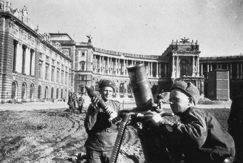 Расчёты советских полковых миномётов в Вене, апрель 1945 года waralbum.ru - Венская одиссея генерала Волкова | Warspot.ru