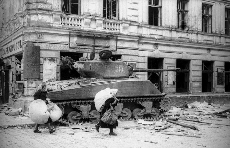 Подбитый «Шерман». Вена, апрель 1945 года ww2talk.com - Венская одиссея генерала Волкова | Warspot.ru