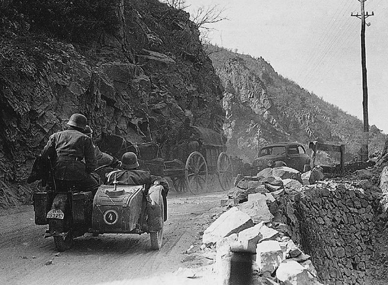 2-я танковая дивизия на марше в Болгарии, март 1941 года. Обратите внимание на состояние горных дорог - Бои на линии Метаксаса  | Warspot.ru