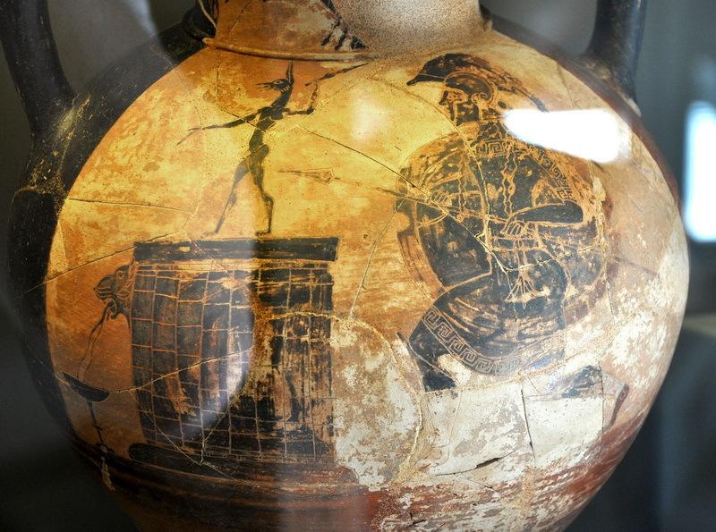 Чернофигурная амфора с изображением греческого гоплита перед статуей египетского собакоголового бога Анубиса. Музей Ватикана. Фото автора - Медные люди в Египте  | Warspot.ru
