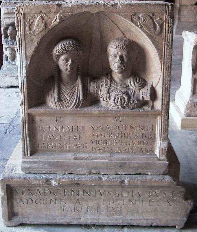 Надгробие Секста Адгенния Макрина, трибуна VI Победоносного легиона, и его жены Лицинии, между 105 и 150 годами н.э. Музей археологии, Ним. pinterest.com