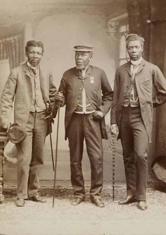 Вельдман Бикиша, самый известный командир мфенгу в Пограничных войнах, с сыновьями. Фотография 1891 года.