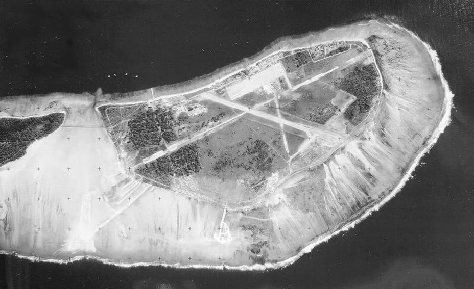 Аэродром на острове Ган, послевоенное фото Imperial War Museums - Последний успех японского флота   Warspot.ru