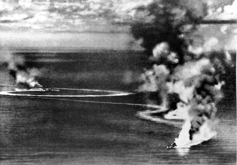 Потопление британских тяжёлых крейсеров «Дорсетшир» и «Корнуолл», вид с японского самолёта, 5 апреля 1942 года wwiiarchives.net - Последний успех японского флота   Warspot.ru