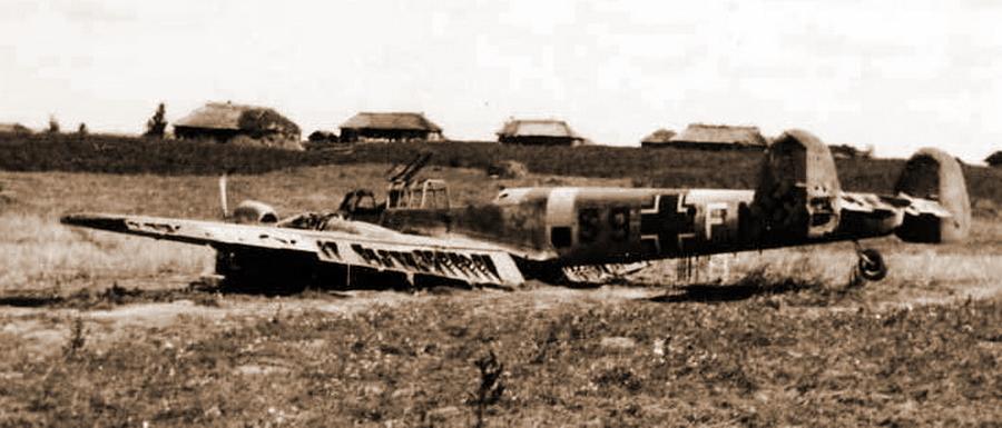 «Мессершмитт» Bf 110E W.Nr.3767 «S9+FM» на месте аварийной посадки в районе Замбрува. Видно, что экипаж самолёта спасся, однако впоследствии пилот унтер-офицер Хенцлер и радист обер-ефрейтор Хасслер к своим так и не вышли - Охотники за разведчиками | Warspot.ru