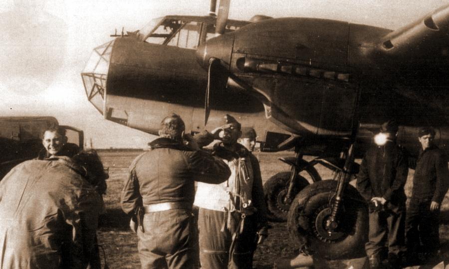 Экипаж «Дорнье» Do 215В-3 W.Nr.0068 «Т5+ВС» из состава эскадрильи 1./O.b.d.L.: наблюдатель лейтенант Йоахим Бабик, пилот фельдфебель Фердинанд Штиххаллер, бортмеханик фельдфебель Вальтер Крамер, в центре радист унтер-офицер Кристиан Штирнвайс перед вылетом на разведку над Англией и после него. На втором фото лётчики выпивают, празднуя выполнение задания - Охотники за разведчиками | Warspot.ru