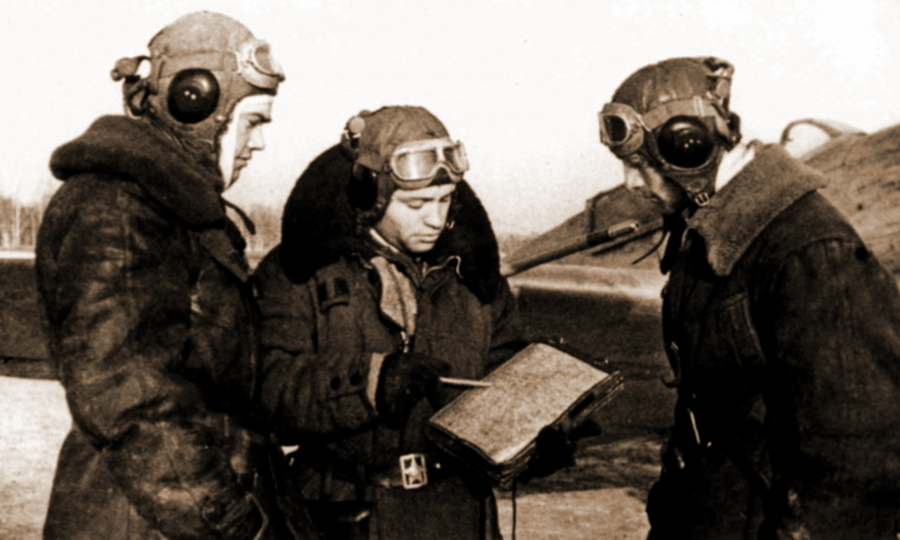 Командир звена 787-го ИАП старший лейтенант Борис Пирожков (слева) с лётчиками своего полка - Охотники за разведчиками | Warspot.ru
