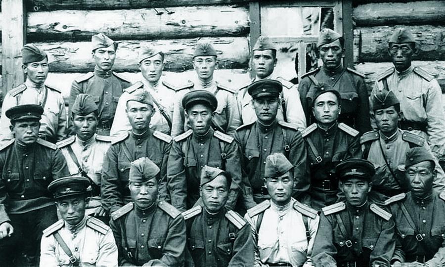 Группа офицеров 88-й отдельной стрелковой бригады 2-го Дальневосточного фронта, 1945 год. (Korean History Research Project)