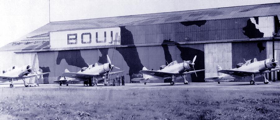 Самолёты выпуска июля-августа 1939 года перед заводским зданием, с которого снимают вывеску и начинают камуфлировать - Летающие башни, или наследники ган-басов | Warspot.ru