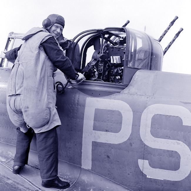 Воздушный стрелок 264-й эскадрильи перед своим «рабочим местом». Многие турели того периода были слишком тесными, чтобы в них можно было работать со стандартным ранцевым парашютом, поэтому для стрелков разработали «парасьют» («парашютный костюм»), совмещённый со спасательным жилетом - Летающие башни, или наследники ган-басов | Warspot.ru