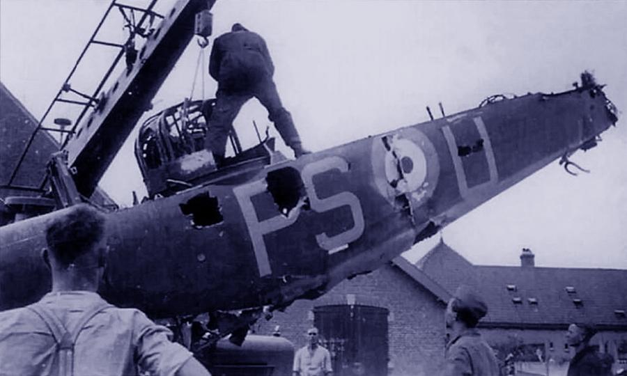 Немцы вывозят для изучения обломки сбитого 13 мая 1940 года «Дефианта» 264-й эскадрильи с серийным номером L6977 и бортовым кодом «PS-U» - Летающие башни, или наследники ган-басов | Warspot.ru