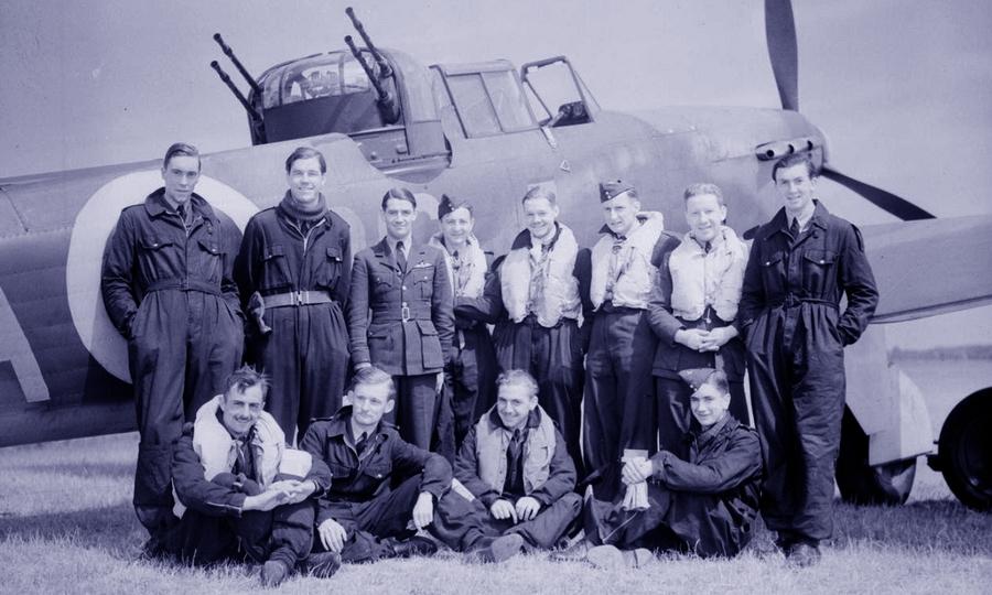 Перед командирской машиной позируют все пилоты 264-й эскадрильи, участвовавшие в воздушных боях 29 мая 1940 года - Летающие башни, или наследники ган-басов | Warspot.ru