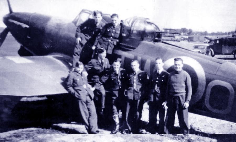 Воздушные стрелки 141-й эскадрильи перед одним из её «Дефиантов», сентябрь 1940 года - Летающие башни, или наследники ган-басов | Warspot.ru