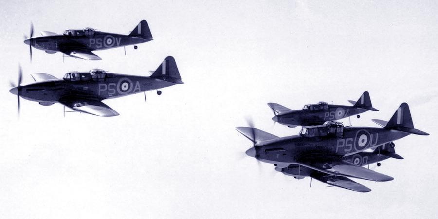 «Дефианты» 264-й эскадрильи. Самолёт с бортовым кодом «PS-A» — персональная машина командира эскадрильи сквадрон-лидера Филиппа Хантера. На нём он пропал без вести 24 августа 1940 года, погнавшись за уходящим в сторону моря «Юнкерсом» Ju 88 - Летающие башни, или наследники ган-басов | Warspot.ru