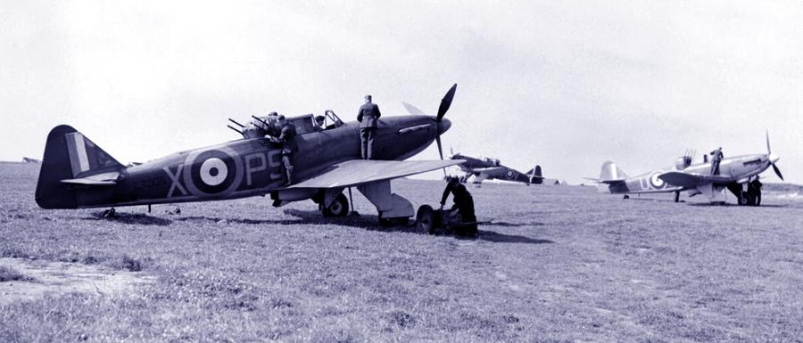 Самолёты 264-й эскадрильи перед очередным боевым вылетом в августе 1940 года - Летающие башни, или наследники ган-басов | Warspot.ru