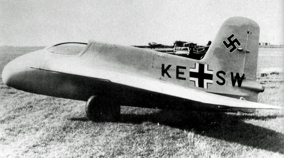 Немецкий экспериментальный ракетоплан Me 163AV4 на аэродроме, июль 1941 года suru.it - Смертоносные «Кометы» | Warspot.ru