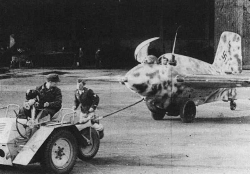 Вывоз серийного ракетоплана-перехватчика Me 163 Komet на взлётно-посадочную полосу airpages.ru - Смертоносные «Кометы» | Warspot.ru