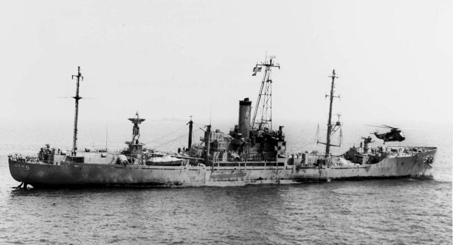 Повреждённое американское судно AGTR-5 «Либерти» вечером 8 июля. Вертолёт «Си Кинг» принимает раненых history.navy.mil - Тайна «Либерти» | Warspot.ru