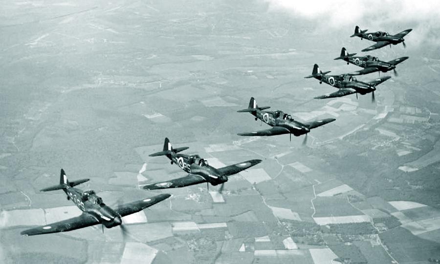 Шестёрка «Дефиантов» Mk.I из 264-й эскадрильи во время тренировки на групповую слётанность, 1941 год - Новые роли турельного неудачника   Warspot.ru