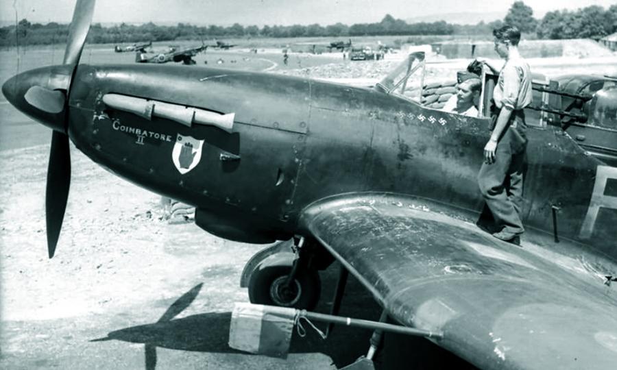 Один из немногих «Дефиантов» с отметками побед. Весной 1941 года на нём летал флаинг-офицер Фредерик Хьюз (Frederick D. Hughes), одержавший четыре победы на «Дефиантах», а потом добавивший к ним ещё 14,5 на двухмоторных истребителях - Новые роли турельного неудачника   Warspot.ru