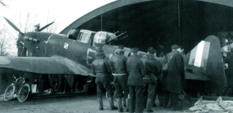 Католическая месса в ангаре 307-й (польской) эскадрильи, начало 1941 года - Новые роли турельного неудачника   Warspot.ru