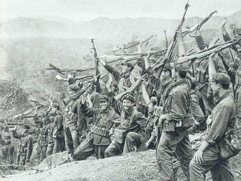 Китайские солдаты радуются победе - Первая социалистическая война | Warspot.ru