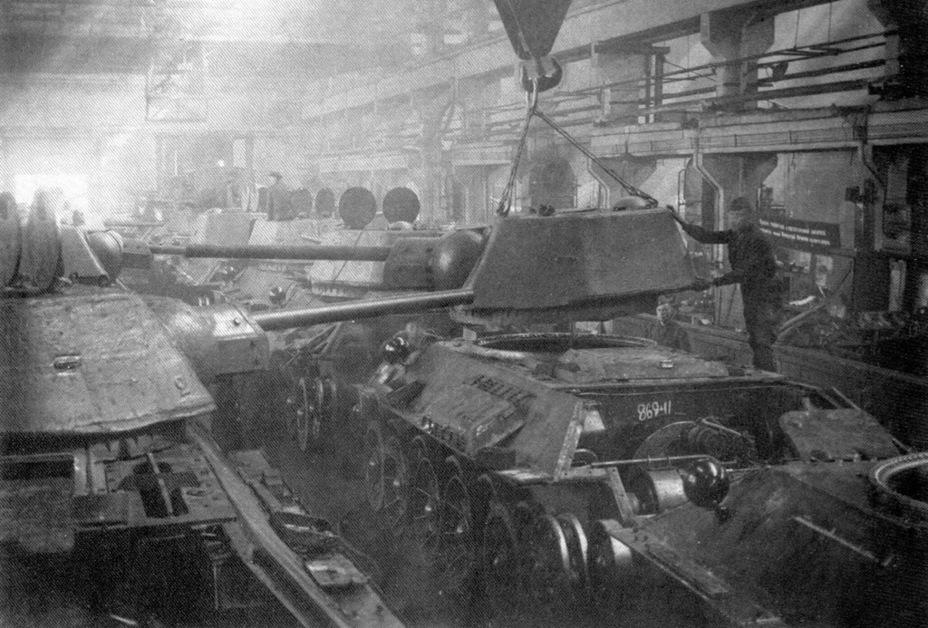 Сборка Т-34 на заводе №183 в Нижнем Тагиле. На новом месте отчасти реализовали те решения, которые закладывались в Т-34М - Рабочая лошадка Красной армии | Warspot.ru