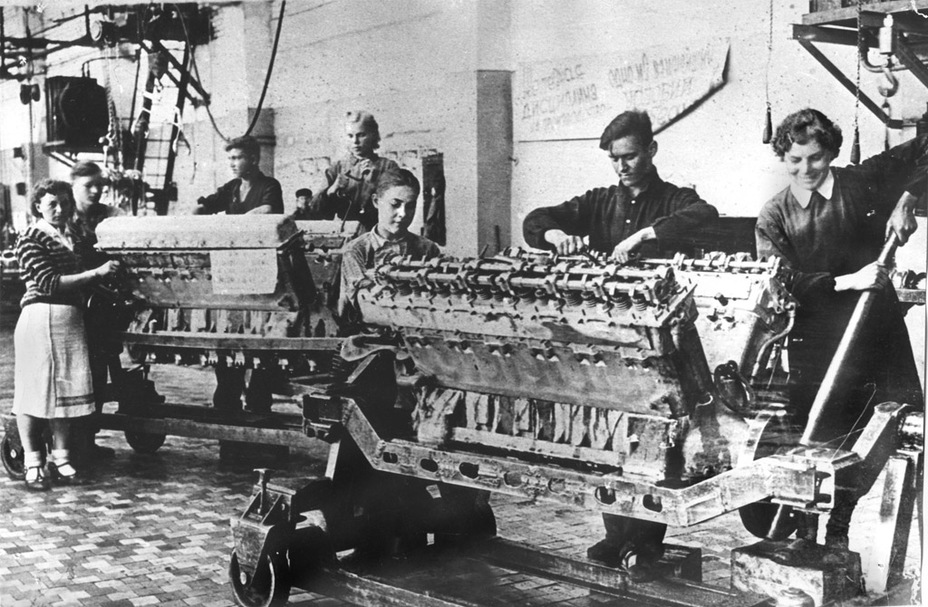 Сборка моторов на заводе №76 в Свердловске. Благодаря сборке двигателей В-2 на трёх заводах уже в начале 1942 года удалось устранить «моторный голод», который случился в конце 1941 года - Рабочая лошадка Красной армии | Warspot.ru