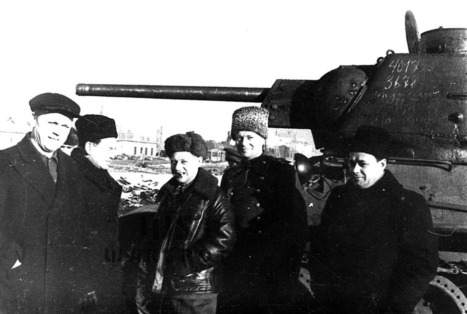 Руководство ЧКЗ, включая И.М. Зальцмана (в центре) на фоне Т-34. Этот танк на полтора года стал главной продукцией Танкограда - Рабочая лошадка Красной армии | Warspot.ru