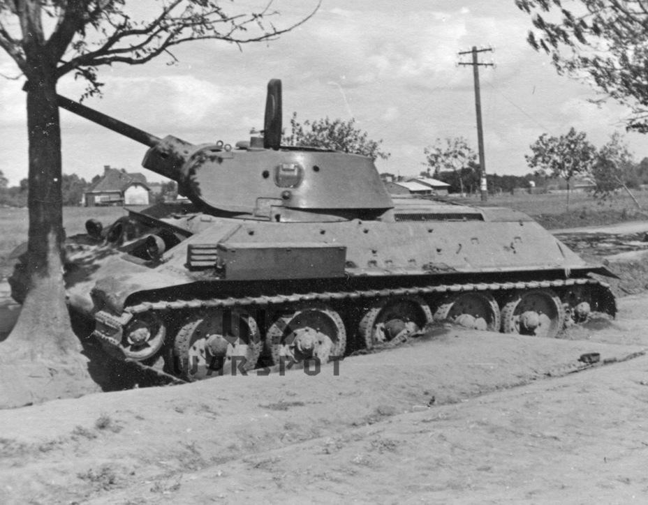 Вместе с тем, переоценивать Т-34 не стоит. У него имелся ряд недостатков, прежде всего, связанных с обзорностью, а бортовая броня не защищала от огня 37-мм пушек на дистанции 200-300 м - Рабочая лошадка Красной армии | Warspot.ru