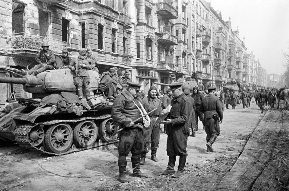До мая 1945 года удалось сдать около 16 000 таких танков. Т-34-85 заслуженно стал танком Победы - Рабочая лошадка Красной армии | Warspot.ru