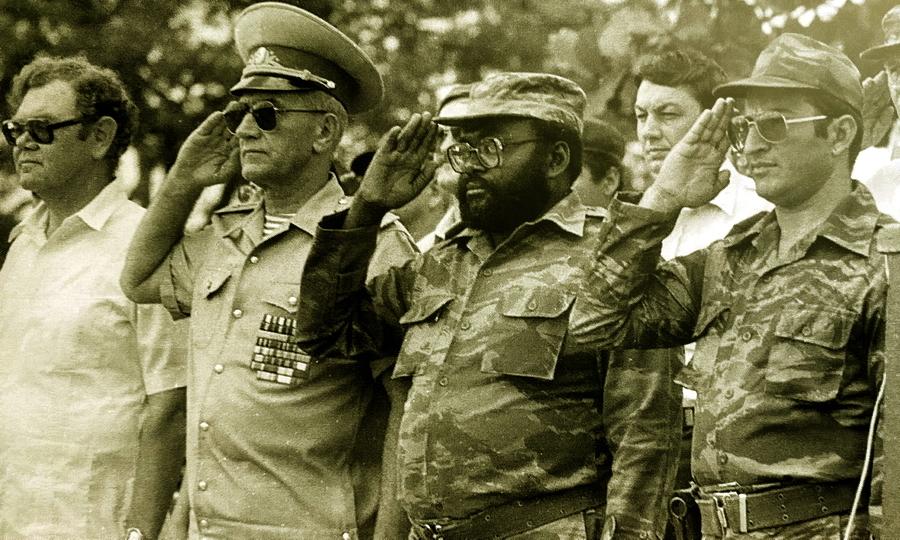Слева направо: посол СССР в Луанде В.П. Логинов, главный военный советник в Анголе генерал-полковник К.Я. Курочкин, министр обороны Анголы полковник Педру Мария «Педале» Тонья, глава кубинской военной миссии в Анголе дивизионный генерал Леопольдо «Поло» Синтра Фриас, 1983 год