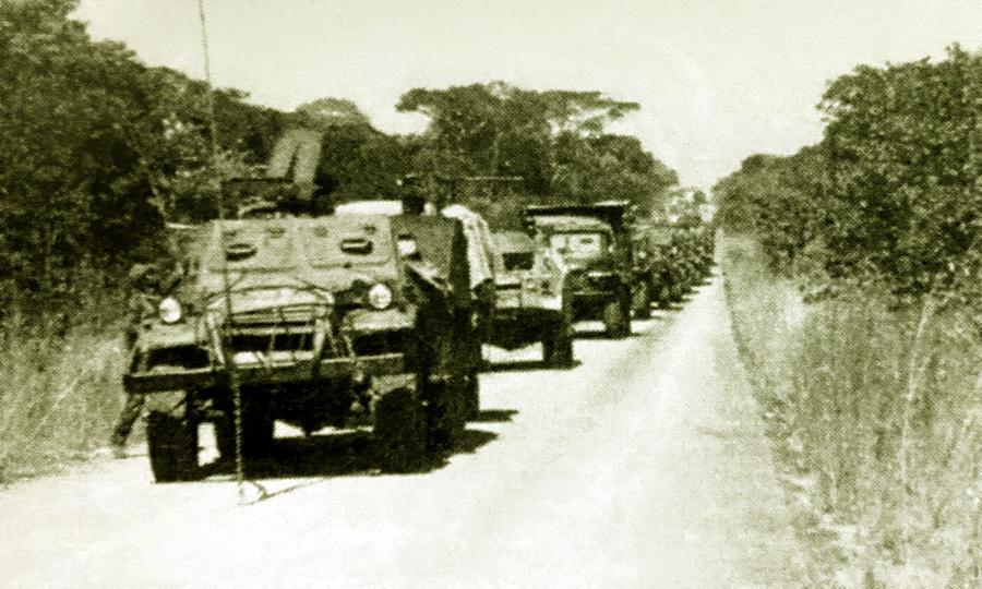 БТР-152 ведёт кубинско-ангольскую колонну