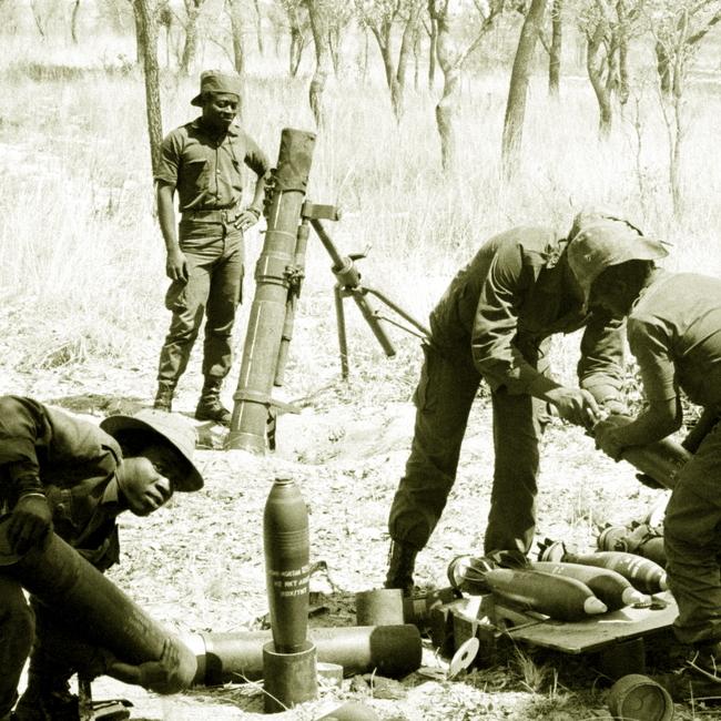 Миномётный расчет УНИТА со 120-мм миномётом ПМ-43