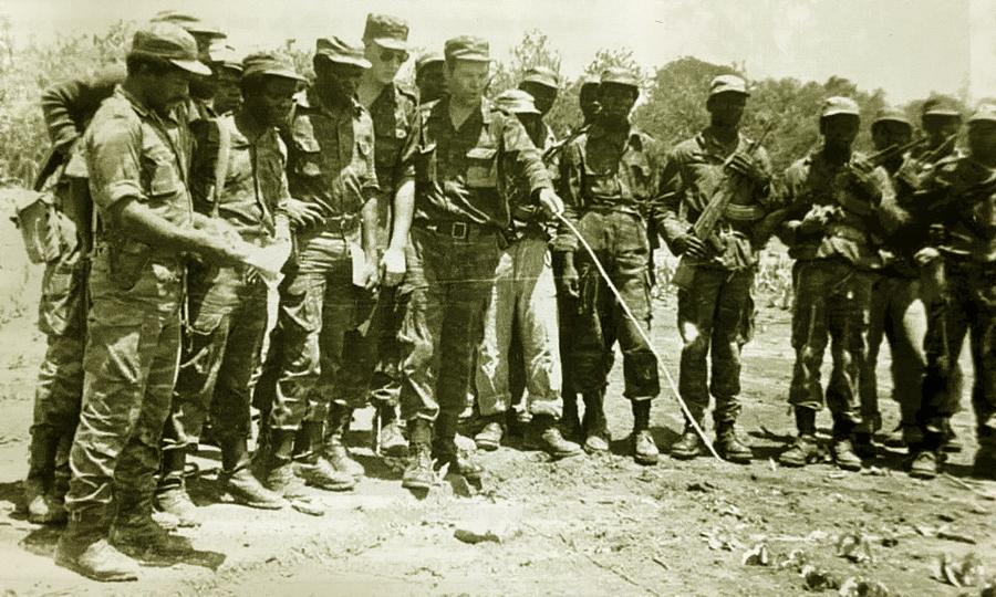Кубинский военный советник ставит задачу ангольским солдатам