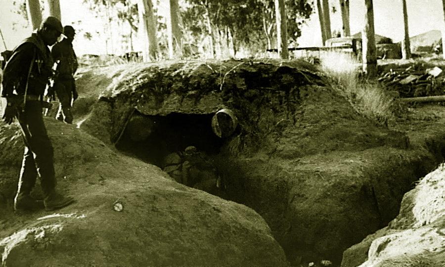 Бойцы УНИТА осматривают укрепления захваченной Кангамбы