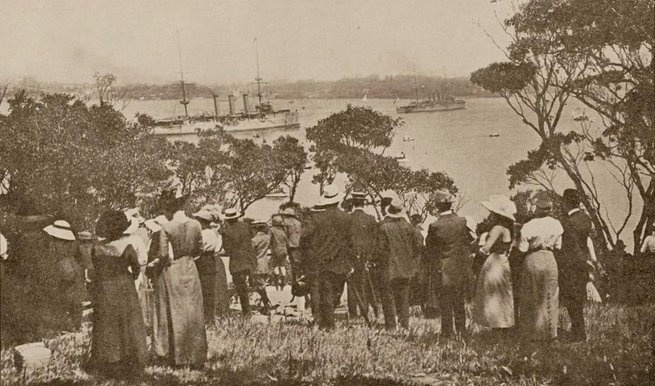 Жители Сиднея наблюдают за новыми кораблями. Слева — Encounter, справа — Sydney navy.gov.au - Победитель «корсаров Кайзера»   Warspot.ru