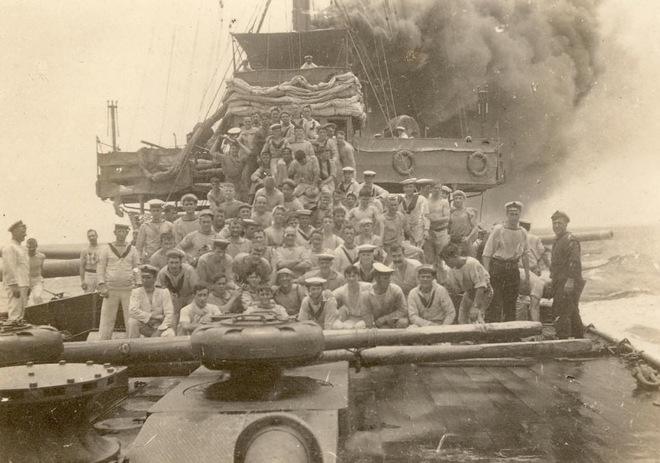 Знаменитая фотография, ставшая одним из символов австралийского флота. Матросы Sydney сразу после боя с Emden navy.gov.au - Победитель «корсаров Кайзера»   Warspot.ru