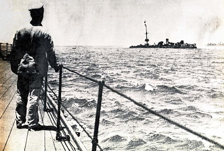 Австралийский матрос смотрит на остов крейсера Emden awm.gov.au - Победитель «корсаров Кайзера»   Warspot.ru