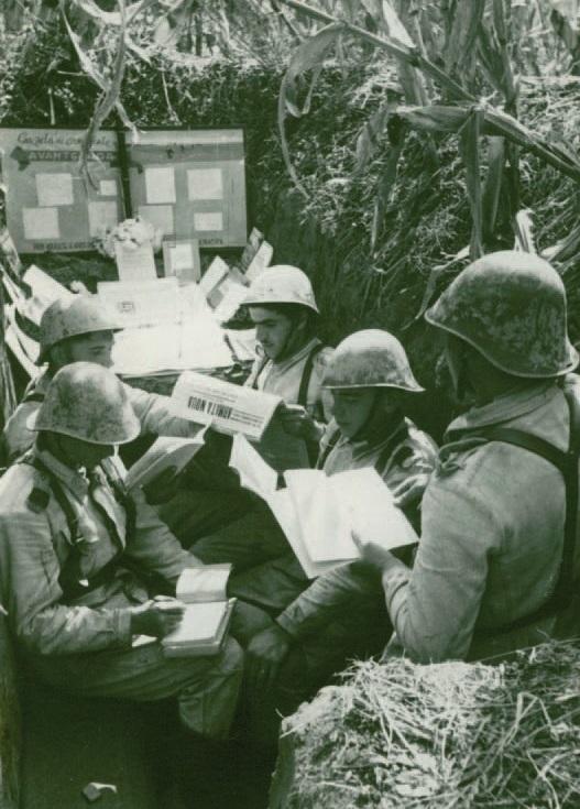 Политинформация в окопах перед учебной атакой