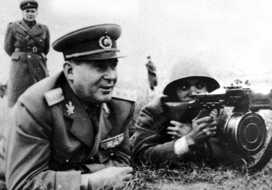 Министр обороны Румыни генерал Леонтин Сэлэжан в войсках