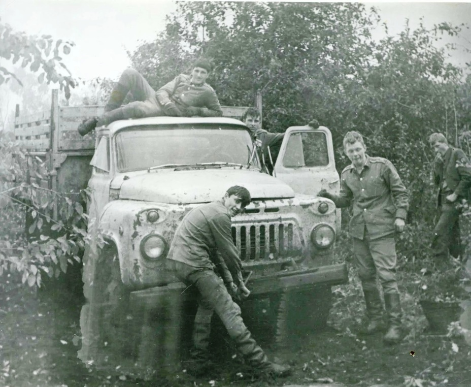 Курсантов военных училищ снимали с учёбы и направляли на уборочную так же, как и солдат срочной службыpinterest.com