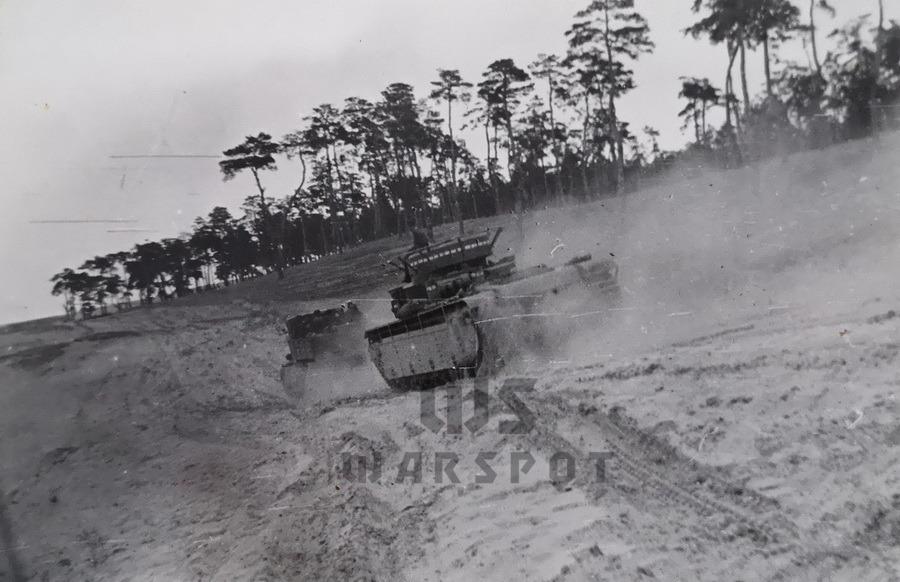 Движение по глубокому песку с Т-35 на прицепе, виден серый дым - Сердце «тридцатьчетвёрки» на тракторе  | Warspot.ru