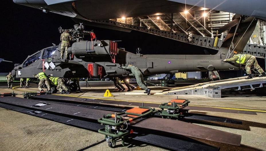 Выгрузка AH-64E Apache Guardian ukdefencejournal.org.uk - «Апачи» нового поколения приземлились в Великобритании   Warspot.ru